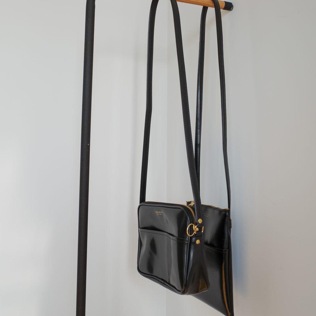 """CLASKA Gallery&Shop """"DO"""" (クラスカ ギャラリー アンド ショップ ドー) │ BANKポシェットのショルダー紐は斜めがけにちょうどよい長さ"""