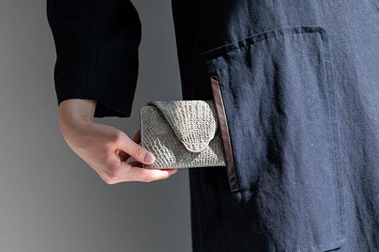 コートやジャケットのポケットにもインできる HIROKO HAYASHI DAMASCO(ダマスコ)マルチ財布 ¥23,000+税