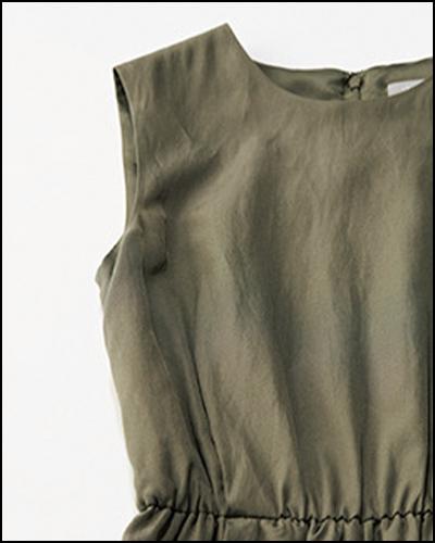 着ると縦にまっすぐに見える袖ぐりで、肩が出すぎない