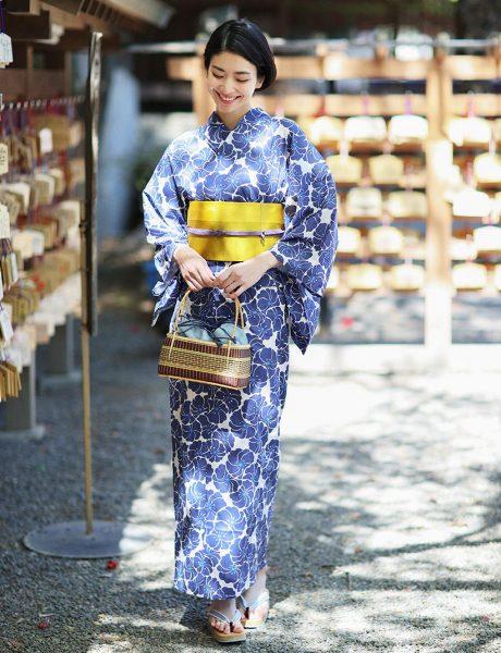 きっぱりとした八重の梅柄が王道の紺色浴衣も一味違う粋なオーラ!