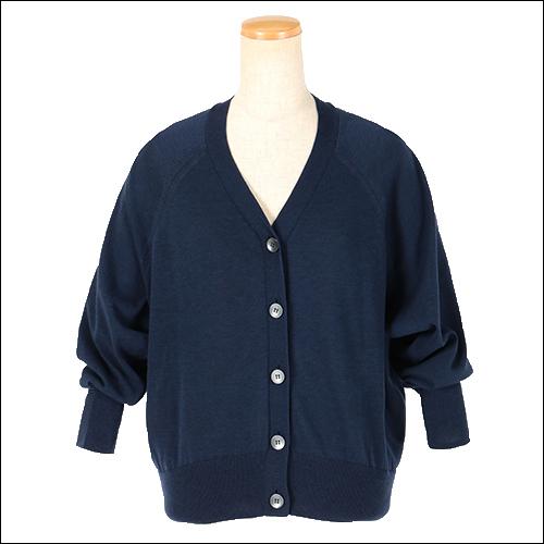 袖と身頃に適度なゆとりを持たせているので体のラインを拾いづらいシルエット