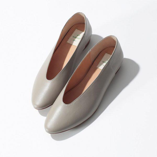 複数色買いする人続出! 履きやすさ抜群の売れ筋バブーシュを、今季らしいライトなグレージュで別注。