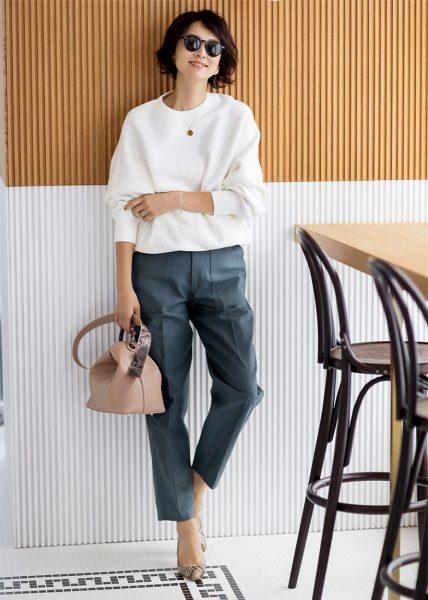 こなれ感のあるグレーにこだわったパンツは、メンズライクなクールさがポイント。スウェットコーデも大人のこなれ感が!