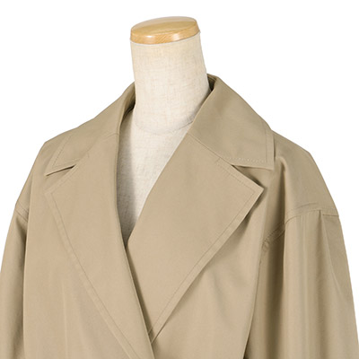 大きめ衿やスリーブストラップなど本格仕様にこだわったディテール