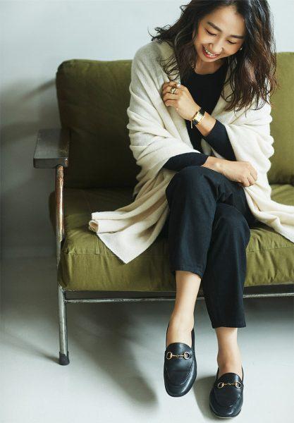 Style02:羽織るだけで顔回りが華やかになる!優しいモノトーンスタイル