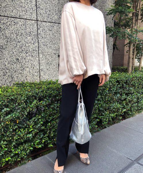 淡いピンク×きれいめ黒パンツでエレガントスタイルが完成