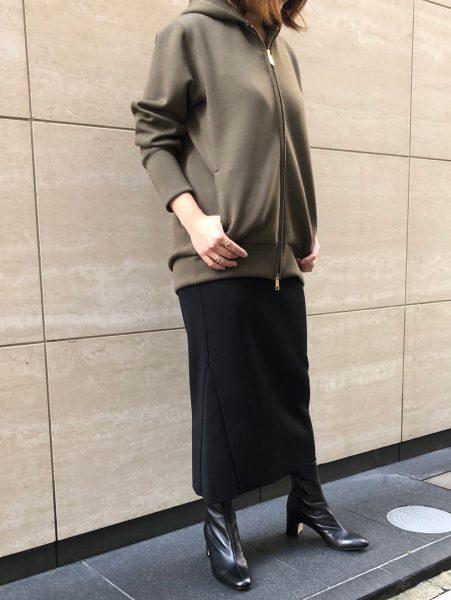 カーキ大人パーカ×黒タイトスカートでこなれ感のある大人スタイル