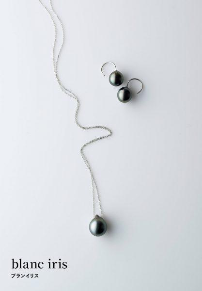 blanc iris / ブランイリス:たおやかなタヒチパールをクールな質感で仕上げて/貴重なタヒチパールを使用した、光沢が美しいピアス。シンプルなデザインに、大きすぎず小さすぎずの最適なサイズ感とバロックのユニークな形状が個性的。耳もとで微かに揺れるフック型。