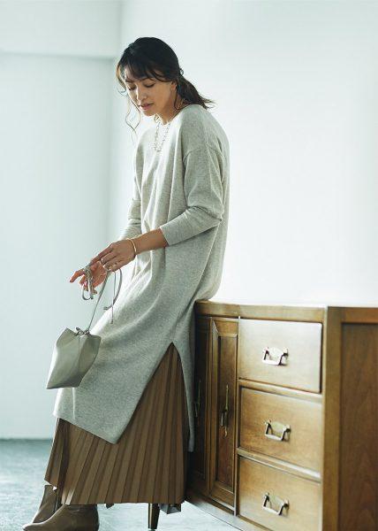 Style04:プリーツスカートをのぞかせて大人モードなスタイリングで