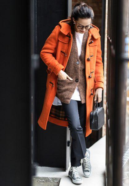 1:トラディショナルな差し色コートは、カジュアルコーデにも好相性!