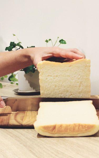 <kasan>パン切り包丁で食パンをスライスしている画像