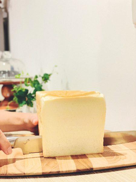 <kasane>パン切り包丁\12,000/食パンをスライスしている画像