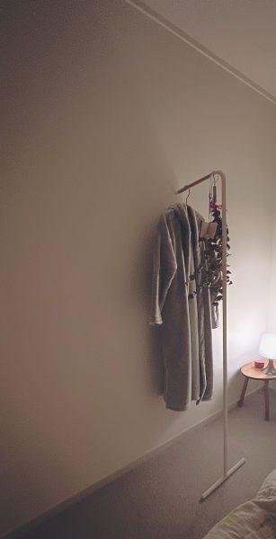 <tower>スリムコートハンガー\3,000/ベッドルームにスリムコートハンガーを設置しているシーン