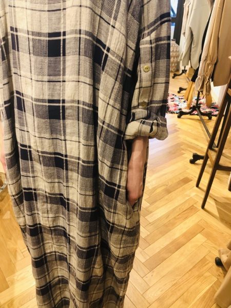 LoroKaftan Check Dress¥29,000+税 袖を捲し上げてすっきりとした雰囲気