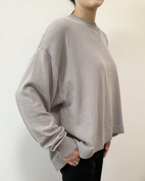 MIDIUMISOLIDAラインプルオーバー¥12,800+税 裾のシルエットカット