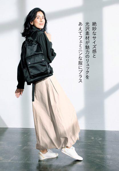 絶妙なサイズ感と光沢素材が魅力のリュックをあえてフェミニンな服にプラス