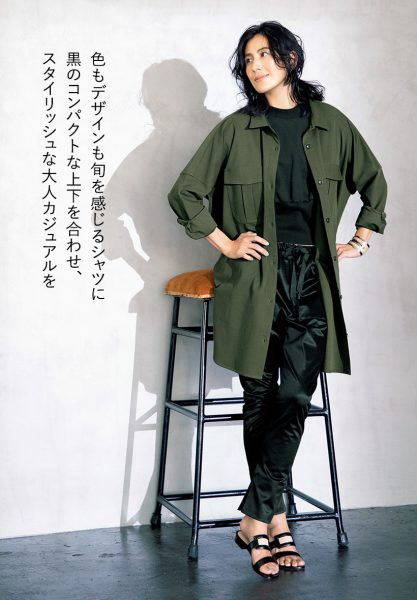色もデザインも旬を感じるシャツに黒のコンパクトな上下を合わせ、スタイリッシュな大人カジュアルを