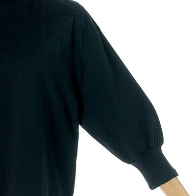 ギャザーを寄せた五分丈のボリューム袖。シックなブラックは村山さん別注カラー