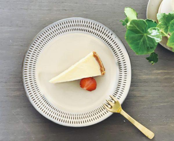 小石原ポタリー (コイシワラポタリー)/パン皿S【2枚セット】/¥4,180(税込)/チーズケーキをのせた写真