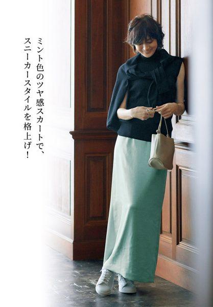 ミント色のツヤ感スカートで、スニーカースタイルを格上げ!