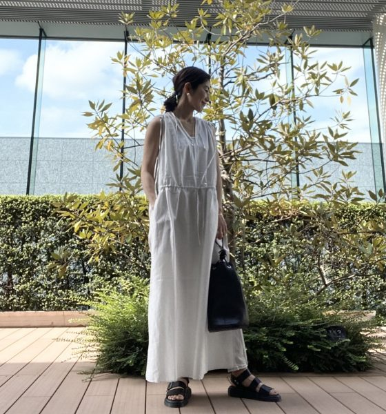 Dr.Martens GRYPHON サンダル ¥20,900 enrica コットンサテンショルダーギャザーノースリーブドレス ¥28,600 エディター磯部安伽さん×upper hights THE MUSE ¥25,300