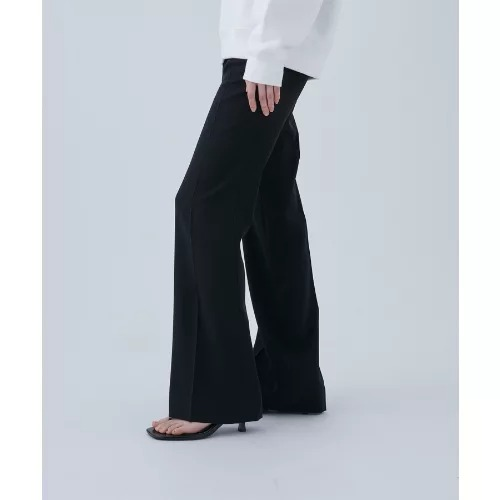 velvet BY STERNBERG SATIN FLARE PANTS¥26,800(税込)