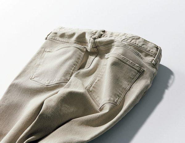 股下はミドルライズ。ヒップ〜太ももは少しゆとりをもたせ、脚のラインを拾わないストレート寄りなテーパードシルエットを採用