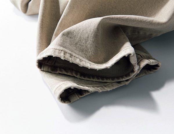 丈はくるぶしが見えるくらいの九分丈設定。すそをはじめ、ウエストまわりやポケットにほどよいダメージ加工を施し、こなれ感をプラス