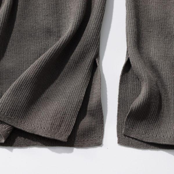 スリット入りの裾で、足さばきもよく動きやすい。