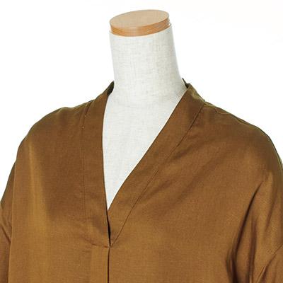 縦に長いVネックは首から胸もとをすっきり見せる。一枚で着られる絶妙な深さにも注目。