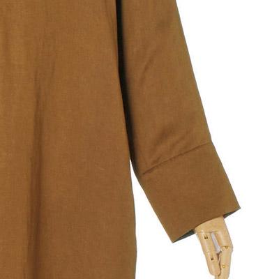 袖口は見返しを広くとり、折り返しても美しいデザイン。伸ばすと手首が隠れる丈。
